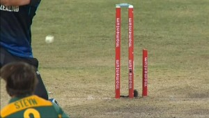 Dale Steyn breaks the stump into 2 pieces (+Video)
